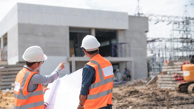 Deux spécialistes du bâtiment sur un chantier